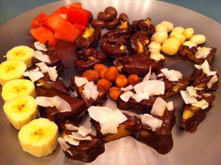 Sælgæti   Döðlur með cashnew hnetum velt upp úr 70% súkkulaði  Ferskur Ananas veltur upp úr 70% súkkulaði og kokos  Bananar- vatnsmelona - hnetur og súkkhnetur .... Og nokkrar jogurt hnetur  Þetta er platti fyrir fjölskylduna :)