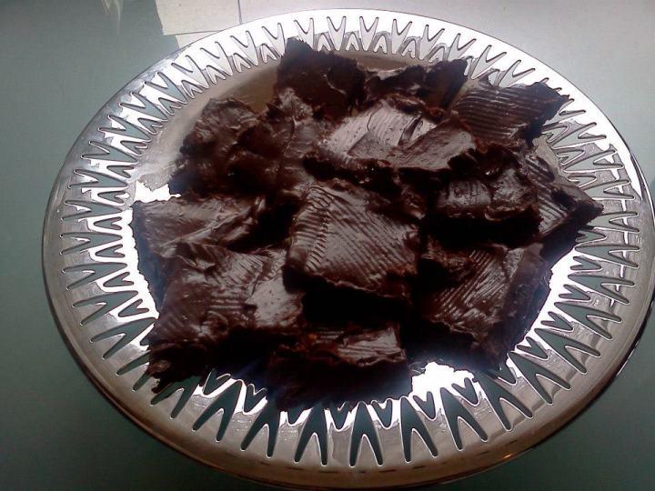 Eigum við að ræða þetta eitthvað nánar :) Ekkert bökunar stúss:) Hráfæðis Brownies. Ætlaði að gera þessar því ég bara slefaði í morgun yfir þessari uppsk.  www.facebook.com/sharer.php?u=http://eldhussogur.com/2013/05/02/hrafaedis-brownies-og-leikur-a-facebook/&t=Hráfæðis brownies og leikur á Facebook En mín uppsk. endaði samt allt öðrvísi....nennti ekki út í búð...og svo minkaði ég sírópið og bætti við...æææ get aldrei látið uppsk. vera  Mín endaði svona  1 1/2 dl Möndlur með hýði 1/2 dl. Brasilíu Hnetur 2 dl ferskar döðlur (án steins) 1/2 Banani 1/2 dl gott kakó 1 msk Sollu-hnetusmjör hnífsoddur salt 1-2 tsk vatn Möndlurnar og hneturnar settar í matvinnsluvél og maldar í mjöl. Þá er restinni af hráefnunum, fyrir utan vatnið, bætt út í og keyrt þar til allt loðir saman og myndar deig. Ef þarf er örlitlu vatni bætt út í til þess að binda degið saman. Kökuform (ég notaði brauðform 25cm x 11cm) er klætt með bökunarpappír og deiginu er þrýst vel ofan í formið. Það er svo sett inn í frysti á meðan kremið er útbúið. Súkkulaðikrem 1 vel þroskað avókadó Fræ úr einni vanillustöng 1 1/2 msk agave síróp Safi úr 1/2 sítrónu eða eftir smekk. 1 msk kókosolía 3 msk gott kakó Öllu blandað saman vel í matvinnsluvél þar til kremið er orðið kekkjalaust og silkimjúkt. Þá er kökuformið tekið úr frystinum og kreminu smurt ofan á kökuna. Sett aftur inn í frysti í ca. 20 mínútur. Þá er kakan losuð úr forminu og skorin í 12 litla bita eða sex stærri bita. Geymist vel í ísskáp eða í frysti.