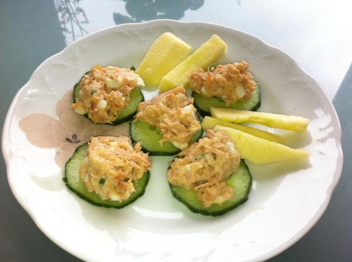 Drekkutími  Túnfisk salat Túnfiskur Hvítlauks graslaukur Egg Sýrður rjómi Pipar Gúrka með salatinu og epli :)